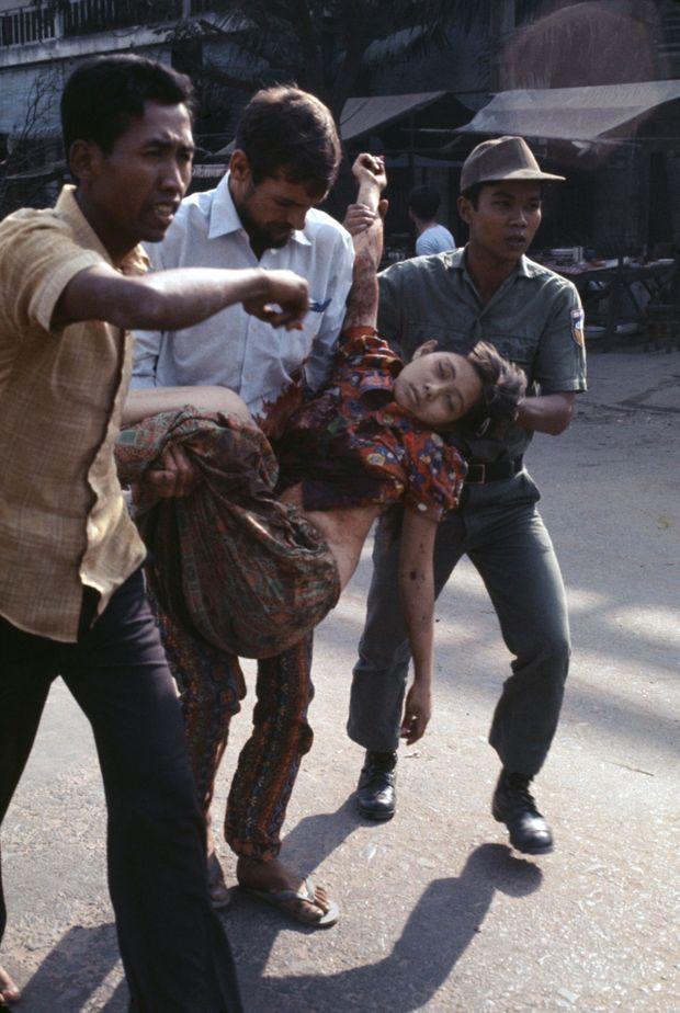 Une jeune fille est évacuée lors des affrontements entre les forces gouvernementales et les Khmers rouges, Phnom Penh en avril 1975 au Cambodge.