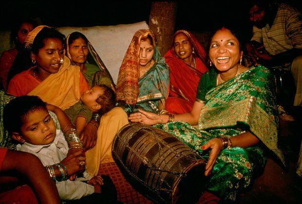 «Pour le mariage de sa jeune sœur, Phoolan a voulu revenir à Gwalior, un village où elle a passé neuf ans en prison. Durant sa captivité, la réfractaire au grand coeur, qui n'avait détroussé les puissants que pour redistribuer ses butins aux miséreux, est devenue une légende aux yeux du peuple indien qui, aujourd'hui, l'adule à l'instar d'une divinité : elle serait la réincarnation de Durga, la déesse de la force. Si elle a désormais renoncé à la violence, elle n'a pourtant rien renié de ses idéaux et continue de défendre ardemment la cause des pauvres et des parias, ses semblables. En arrivant au mariage, elle a fait des offrandes aux mendiants. Geste de fraternité symbolique, avant la longue veillée qu'elle partage, selon la tradition, avec les femmes de sa famille. Le mariage proprement dit ne sera célébré qu'à 4 heures du matin et l'aventurière qui a naguère ébranlé l'ordre social du pays n'aspire plus, parmi les siens, qu'à être une femme comme les autres.» - Paris Match n°2350, 9 juin 1994.
