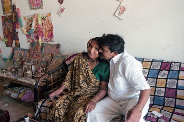 Phoolan Devi, la justicière en sari, publie ses mémoires et reçoit en exclusivité Paris Match dans son appartement de Gulmohar Park à Delhi, en mars 1996. Elle pose, en compagnie de son mari, Umedh Singh, un homme d'affaires indien.