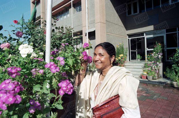 Phoolan Devi, la justicière en sari, publie ses mémoires et reçoit en exclusivité Paris Match dans son appartement de Gulmohar Park à Delhi, en mars 1996.