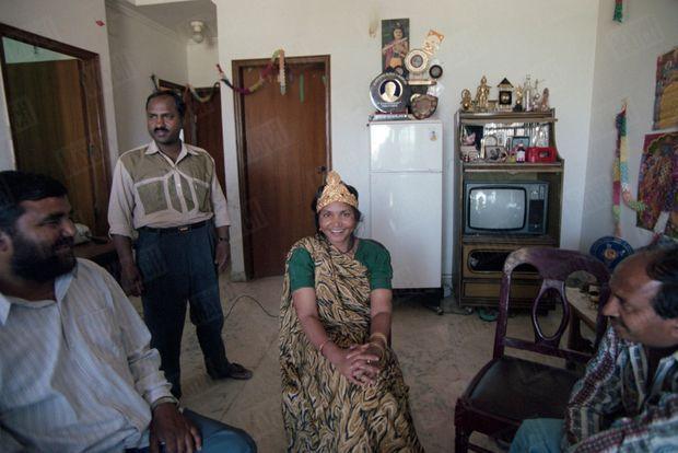 Phoolan Devi, la justicière en sari, publie ses mémoires et reçoit en exclusivité Paris Match dans son appartement de Gulmohar Park à Delhi, en mars 1996. Chez elle, avec une délégation de politiciens du Cachemire. Ils lui ont offert une couronne plaquée or.