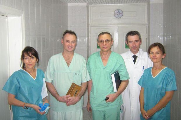 De gauche à droite: Dr Victoria Vandzhura, Pr Emmanuel Masmejean, Dr Igor Kurilets, Dr Dmytro Yakimov (chirurgien orthopédiste et directeur de l'hôpital SSU) et Dr Alexandra Gomola (anesthésiste).