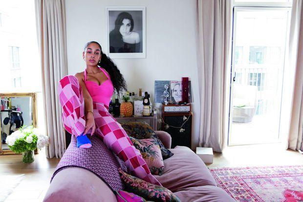 Photo de l'une de ses idoles (Amy Winehouse), guirlande lumineuse et Brit Award : le salon d'une jeune femme presque comme les autres.