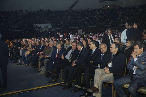 Une brochette de ministres est venu assister au concert d'Idir le 4 janvier, parmi ceux-ci, on retrouve de gauche à droite, le ministre de la Jeunesse et des Sports El Hadi Ould Ali (cravate grise et noire) qui discute avec le ministre de la Culture Azzedine Mihoubi, à sa droite le président du Forum des chefs d'entreprises (FCE) Ali Haddad et le ministre de l'Agriculture Abdelkader Bouazgui (en pantalon beige)