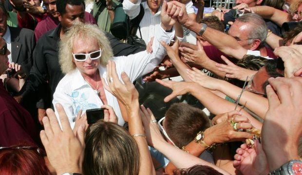 photos-michel polnareff fans--michel polnareff serre les mains concert marseille 2007