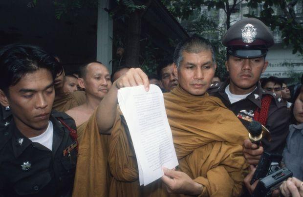 Le moine Phra Yantra, portant encore la robe jaune, lors de l'enquête le visant, en 1995.