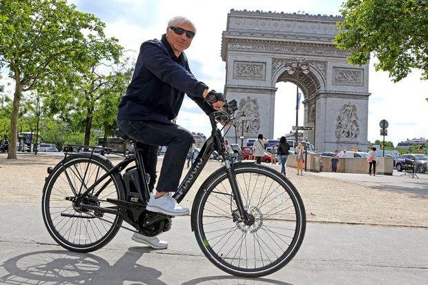 Notre journaliste sur le Piaggio Wi-Bike.