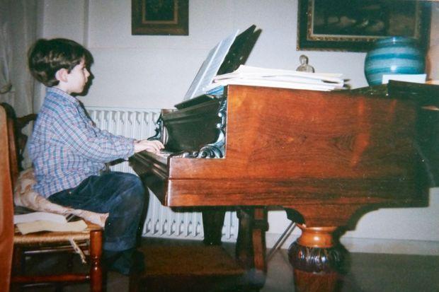 Alexandre commence le piano à 4 ans et remporte ses premiers prix à 13 ans.