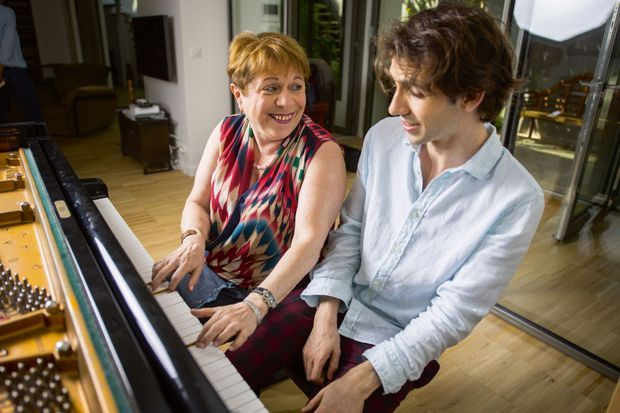 Avec son coach musical, la pianiste russe Rena Shereshevskaya, qui l'entraîne dans un quatre-mains Jazzy.