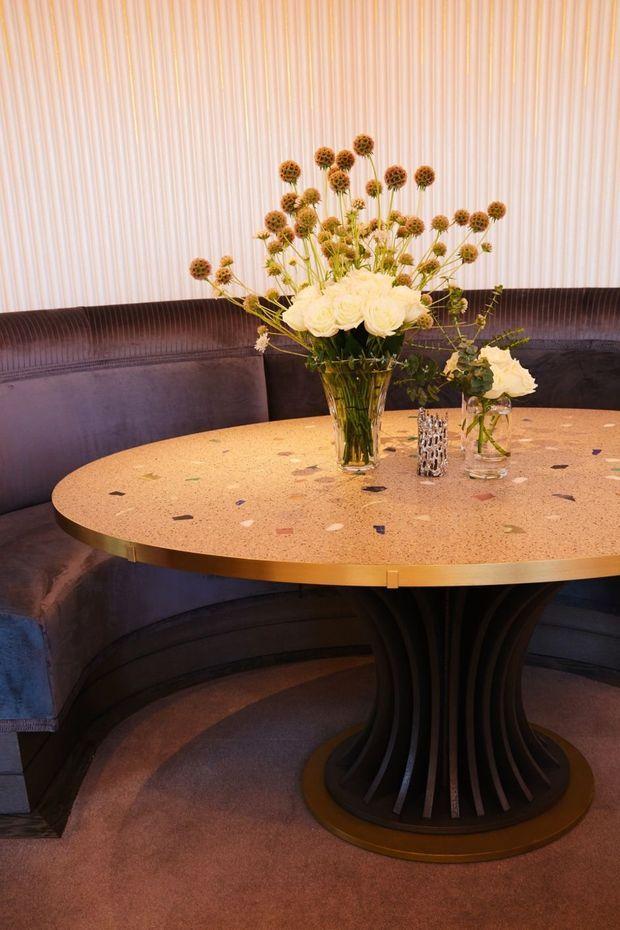 Ci-dessus, le pied de cette table est inspiré d'une robe haute couture.