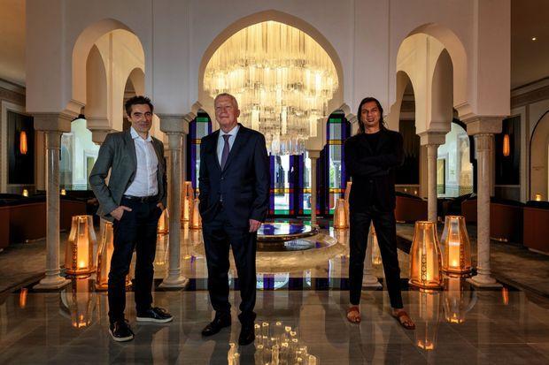 Le directeur général de l'hôtel, Pierre Jochem, avec les décorateurs Patrick Jouin (à gauche) et Sanjit Manku.
