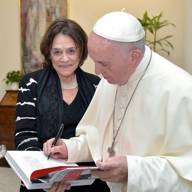 Caroline Pigozzi, grand reporter à Paris Match, et l'universitaire et historien Giovanni Maria Vian, directeur de « L'Osservatore Romano », ont travaillé un an et demi à la réalisation du livre. Le 6 novembre, le Pape dédicace leur ouvrage, au Vatican.