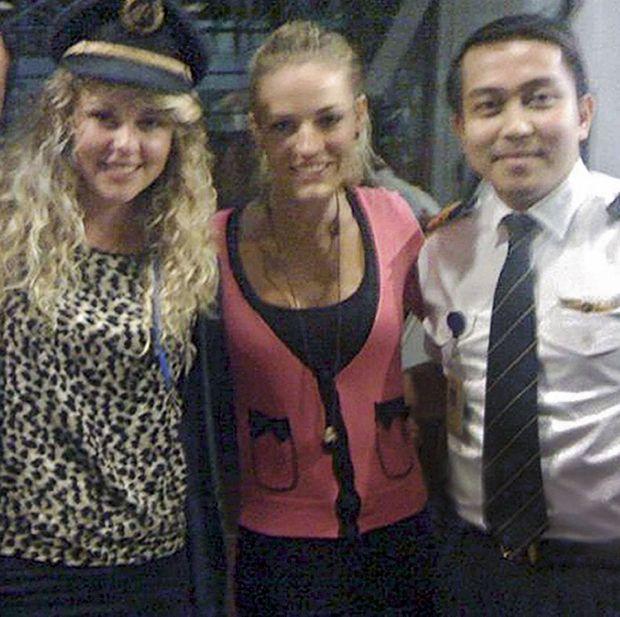 En 2011, le copilote Fariq Abdul Hamid propose à deux jeunes Sud-Africaines, Jaan Maree (à g.) et Jonti Roos, de passer le vol Phuket-Kuala Lumpur dans le cockpit de l'appareil.