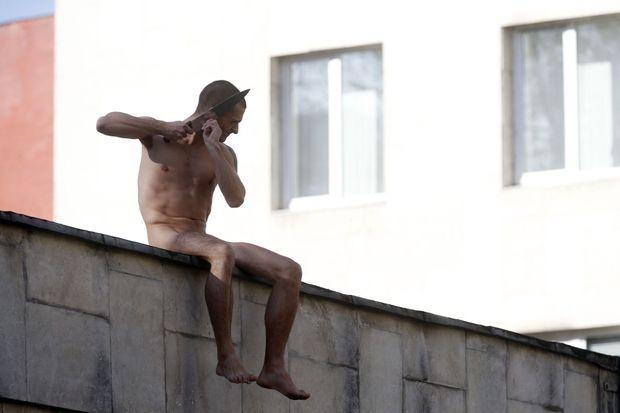 Piotr Pavlensky en octobre 2014 sur le mur de l'institut Serbsky.