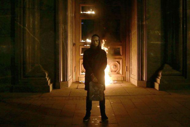 En novembre 2015, Piotr Pavlensky met le feu à la porte du FSB.