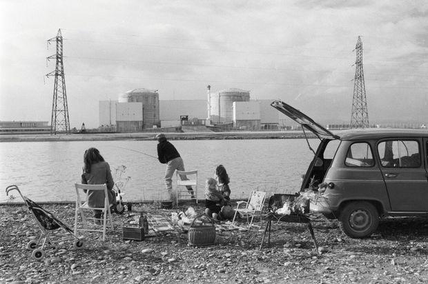 Pique-nique face à la centrale de Fessenheim, en 1981. C'est l'époque de la promesse nucléaire. Atome rime avec prospérité dans cette région pauvre d'Alsace