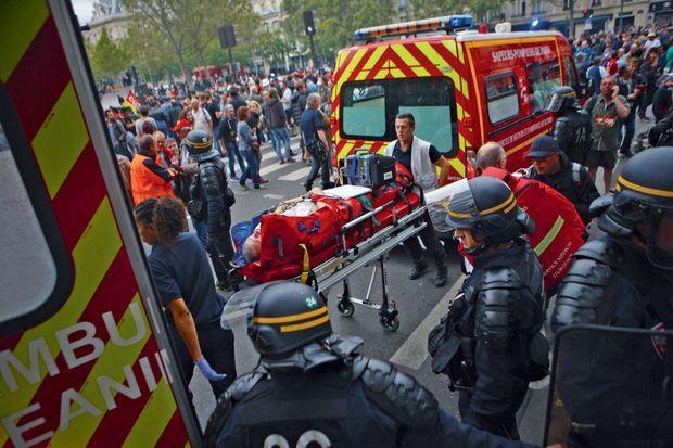 Place de la République, les pompiers évacuent un CRS victime d'un malaise cardiaque.