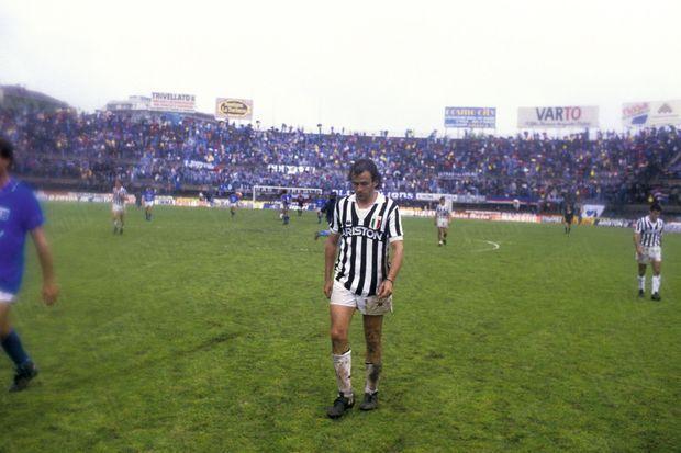 Le 17 mai 1987, à Turin, Michel Platini, milieu de la Juventus, quitte seul le stade après le dernier match de sa carrière.