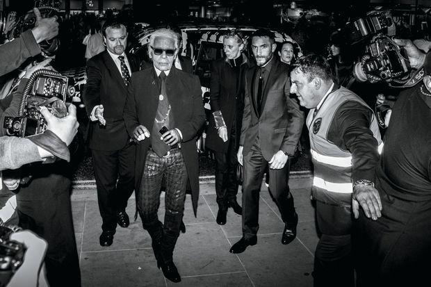 Pleins feux sur la star… mais dans son sillage Sébastien veille. Pour l'ouverture de la boutique Karl Lagerfeld le 13 mars 2014 à Londres