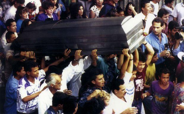 « Plutôt une tombe en Colombie qu'une cellule aux Etats-Unis », Escobar a honoré sa devise. Des milliers de Colombiens suivront son cortège.
