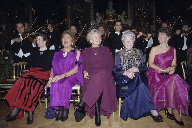 A Paris, au Grand Hôtel Intercontinental, assises de gauche à droite, lors du Bal des débutantes en 1994, la princesse Robin de Sayn-Wittgenstein Berleburg, Philippine de Rotschild, Bernadette Chirac, la comtesse Isabelle de Paris et la duchesse De Brissac.