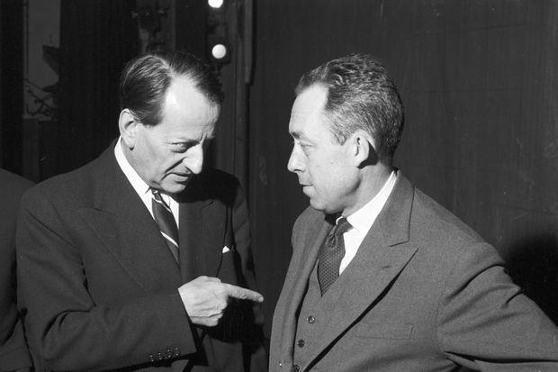 """Lors de la première de la pièce de théâtre """"Les possédés"""" d'Albert CAMUS au Théâtre Antoine, André Malraux, pointant son index sur l'auteur,"""