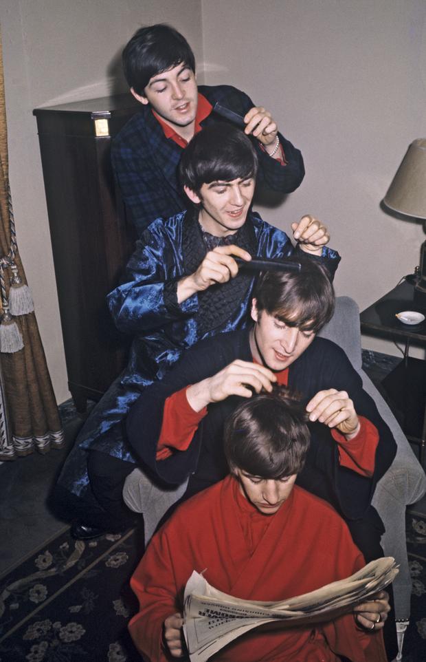 En 1964, pour leur deuxième passage à l'Olympia, Paul McCartney, George Harrison, John Lennon et Ringo Starr s'amusent dans les chambres du Ritz. Les quatre garçons de Liverpool vivent désormais dans le luxe.