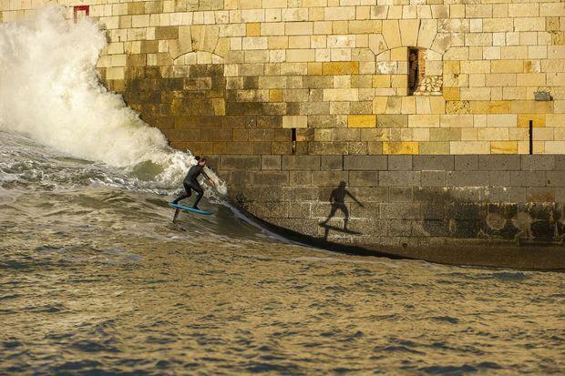 Ludovic Dulou, sur son foil, glisse le long du célèbre Fort Boyard.