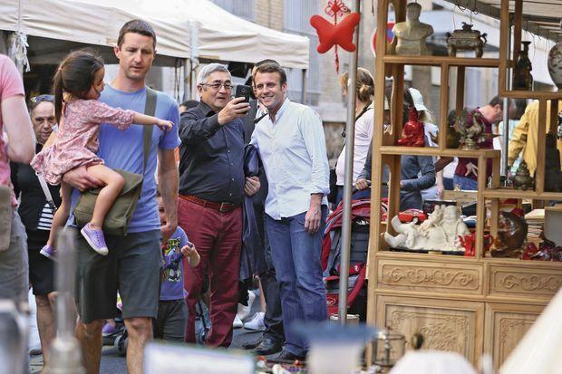 Emmanuel Macron à Paris, lors d'une brocante dans le VIIe arrondissement, le 9 avril 2017.