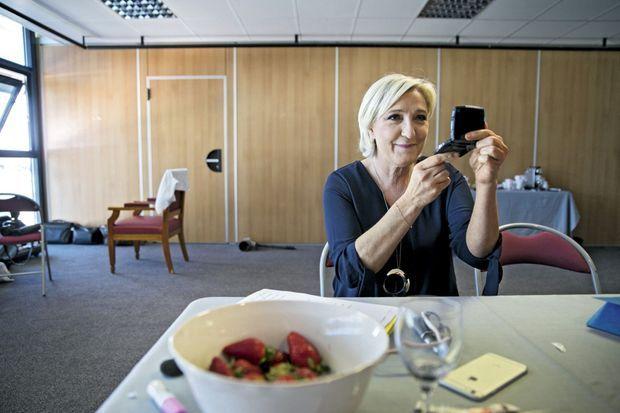Marine Le Pen dans les coulisses du Palais des congrès à Ajaccio, le 8 avril. Une intervention perturbée par des indépendantistes.