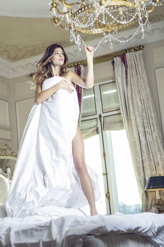 Fin de l'épisode : la dérobeuse profite de son butin dans une autre suite de l'hôtel Le Meurice. Elle s'emparerait bien aussi du lustre… A 34 ans, Alice est d'accord pour tous les scénarios.