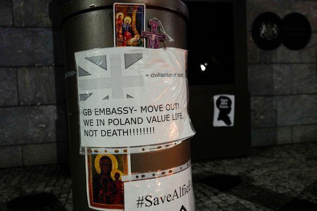 Une affichette devant l'ambassade du Royaume-Uni à Varsovie. «Ambassade de Grande-Bretagne, dégagez. Nous en Pologne, on accorde de la valeur à la vie, pas à la mort», annonce la pancarte.