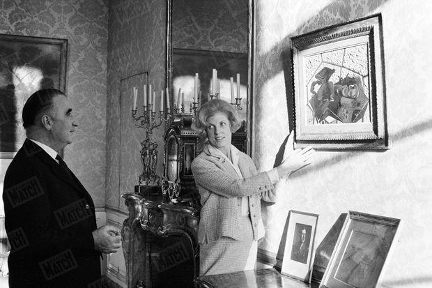 18 décembre 1962. Un cubiste à Matignon. Claude Pompidou accroche « Le Tapis vert », de Georges Braque, dans les appartements privés. L'art, c'est le ciment de leur couple. Dès les débuts de sa prise de fonction comme chef du gouvernement, Georges Pompidou introduit l'abstraction dans les lieux de pouvoir. Ses visiteurs, admiratifs ou stupéfaits par tant d'audace, peuvent contempler à Matignon des toiles de Pierre Soulages, Max Ernst et Nicolas de Staël ou des cartons de tapisserie d'Odilon Redon. Ce qui n'est rien par rapport à la révolution esthétique qui chamboulera plus tard l'Elysée…