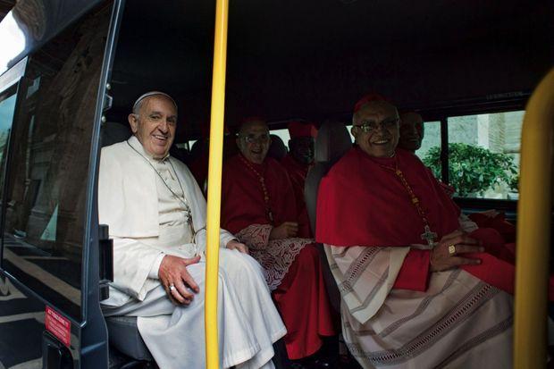Impensable auparavant : le Souverain Pontife et des cardinaux à bord d'un bus au coeur du Vatican.