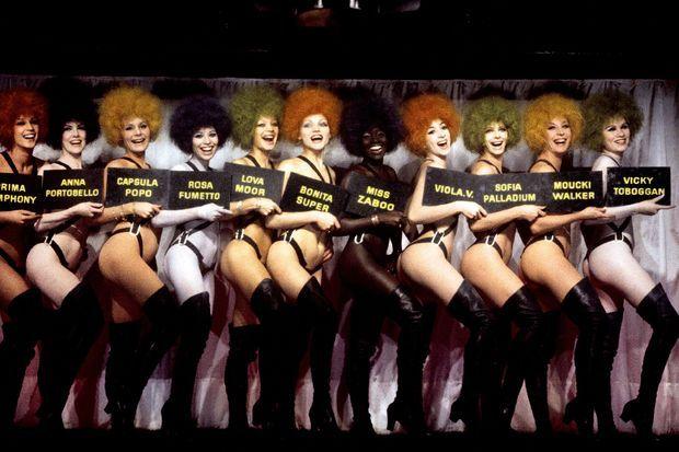 Les danseuses du Crazy Horse, autour de Lova Moor, la femme du patron, proposent pour Noël 1970 un programme ambitieux et rythmé.