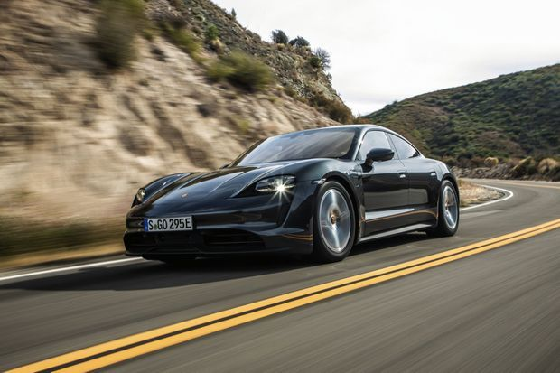 La Porsche Taycan dispose d'une autonomie de 407 kilomètres minimale et d'une puissance maximale de charge de 270 kW (225 kW en base). A partir de 108 632 €.