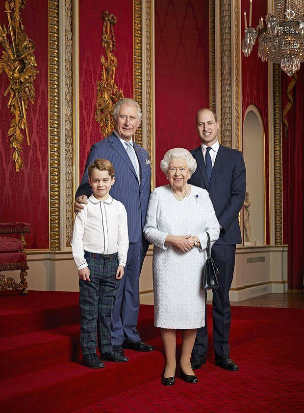 Portrait d'Elizabeth II, Charles, William et George, pris le 18 décembre dans la salle du trône de Buckingham Palace par Ranald Mackechnie.
