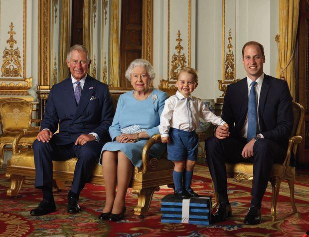 Portrait officiel des 90 ans de la Reine entourée de ses trois héritiers : Charles, William et George, 2 ans et demi. À Buckingham, en 2016