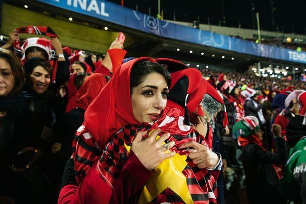 Pour la première fois, le 10 novembre, des femmes sont autorisées à assister à un match et Zeinab ne retient pas ses larmes.