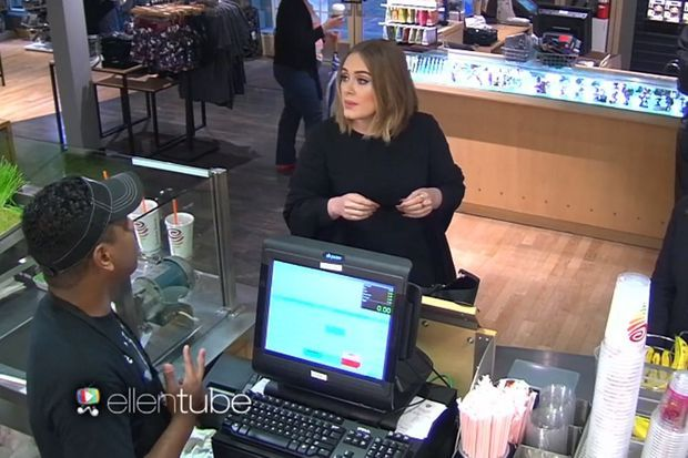 Pour les besoins d'une caméra cachée, Adele a accepté de piéger les employés d'une boutique de jus de fruits.