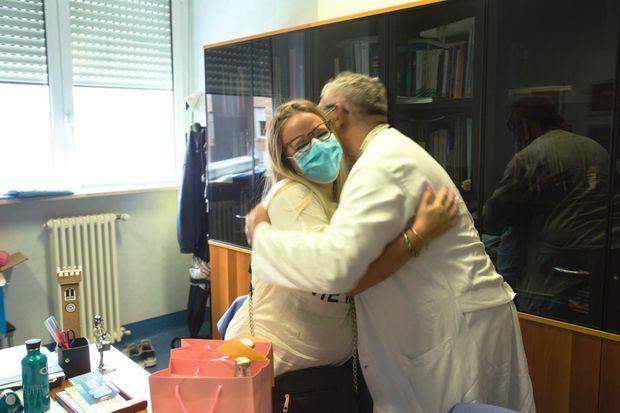Pour remercier le docteur De Donno, Pamela est venue avec de bonnes bouteilles. A l'hôpital Carlo Poma, le 28 août.