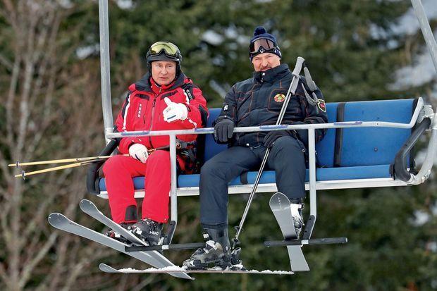 Après des semaines de tensions, le 13 février, Poutine brise la glace avec le président biélorusse Alexandre Loukatchenko.