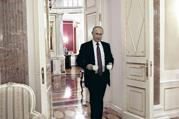 Vladimir Poutine en hôte aimable, au cours de vingt heures d'entretiens. Il a ouvert à Oliver Stone les portes du Kremlin et de sa datcha à Sotchi.