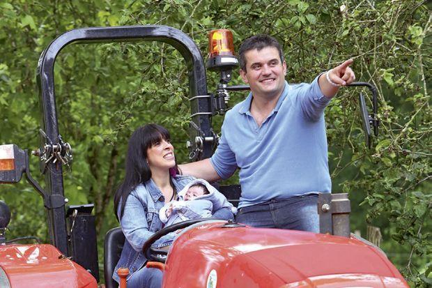 Première virée sur le tracteur, d'un rouge Ferrari, où ses parents ont vécu leur premier tête-à-tête à la ferme.