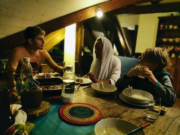 Premier dîner en Suisse, chez Sébastien, près de Neuchâtel, avec Nino et Matéo, 18 ans, l'un des fils de sa belle-fille Séverine