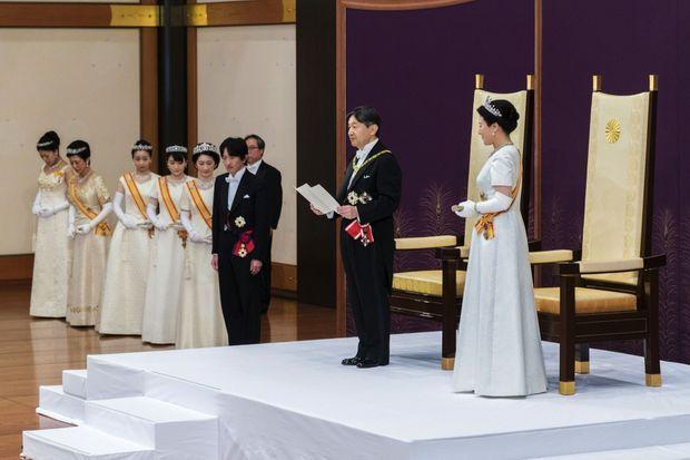 Premier discours en tant que 126e empereur du Japon, en présence de son épouse, de son frère et des femmes de la famille impériale.