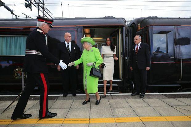 Premier voyage en tête à tête avec Elizabeth II pour Meghan, mariée depuis moins d'un mois. A Runcorn, le 14 juin 2018.