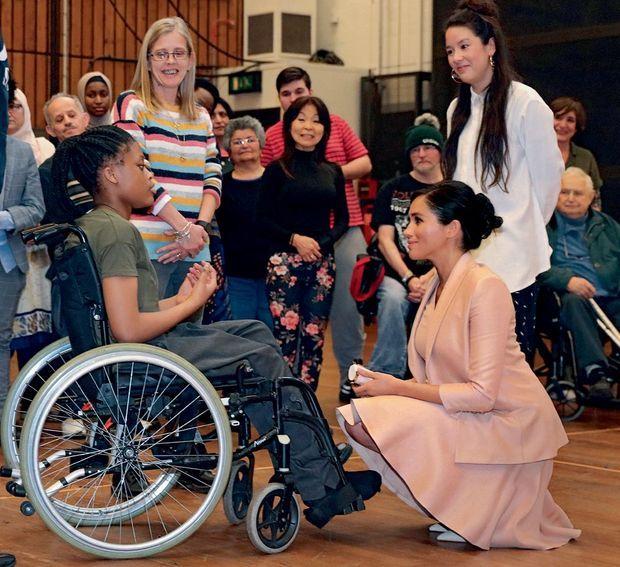 Première visite officielle au Théâtre national avec la troupe Public Art, qui rassemble professionnels et amateurs de toutes conditions, à Londres, le 30 janvier.