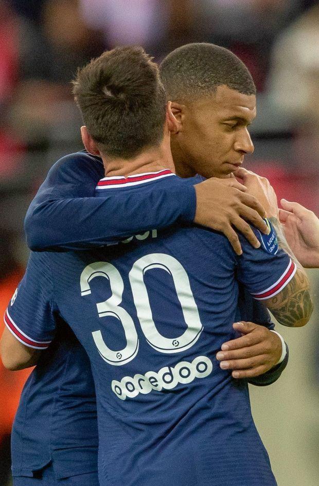 Premiers instants de complicité avec le joueur argentin, entré à la 66e minute du match contre Reims à la place de Neymar