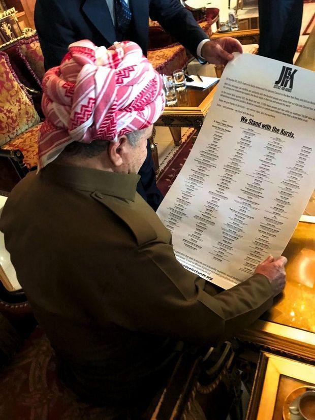 Près d'Erbil, Massoud Barzani, l'ex-présidentiel du Kurdistan d'Irak, père de l'autonomie, découvre la liste des soutiens du comité justice pour les Kurdes.